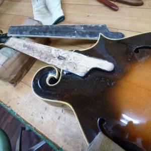 トラスロッドはギターと同じ構造です。